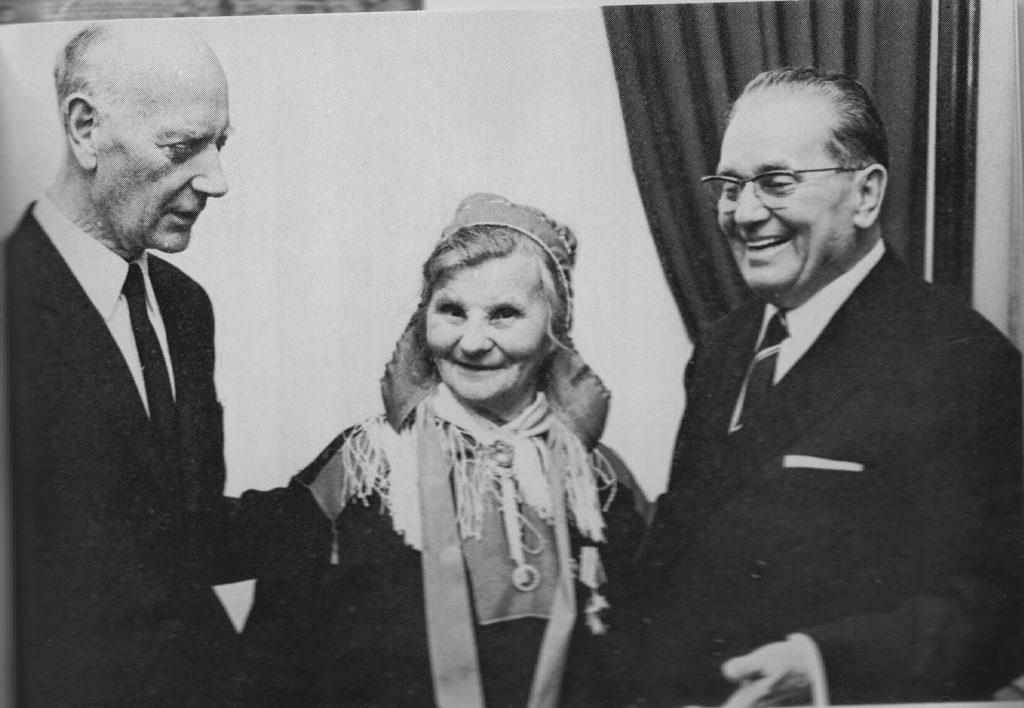 To statsleder og en eldre kvinne i kofte i Oslo i 1965.