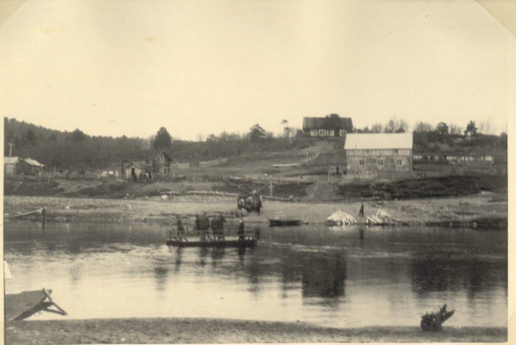 En pram med 6 mennesker på over Karasjok elva.