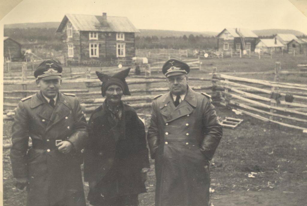 To offiserer og en samisk mann i Karasjok i 1944.