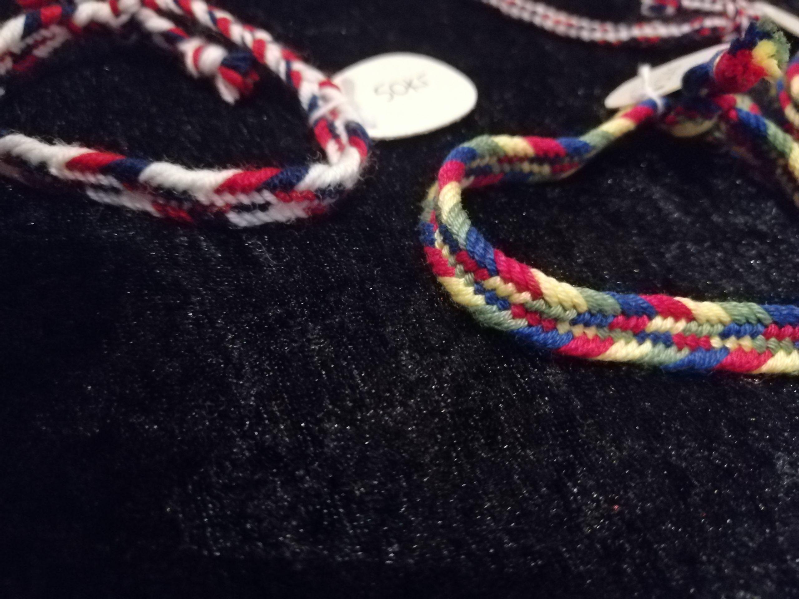 bilde av flettede armbånd i samiske farger