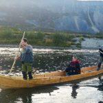 Tre personer på båt på vann