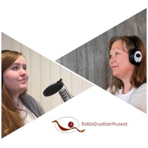 Coverbilde til en podkast, med Kjersti Robertsen og Jelena Porsanger i hver sin trekant, og RiddoDuottarMuseat sin logo i nedkant, på hvit bakgrunn.