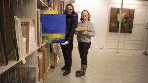 En mann og en kvinne med malerier