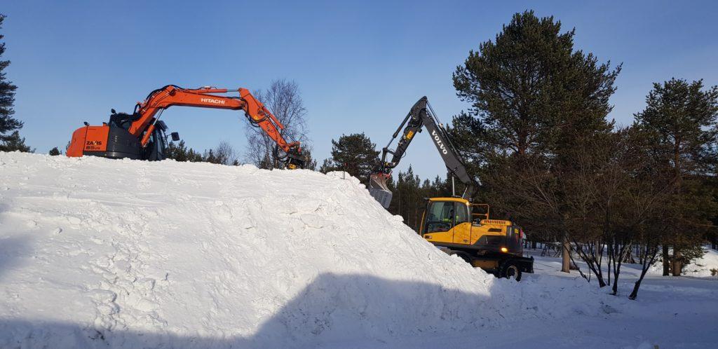 To gravemaskiner forbereder Koke Bjørn